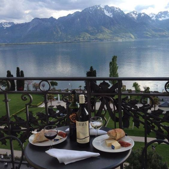 Montreux dining outdoors